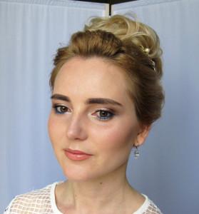Высокий свадебный пучок и макияж с синим акцентом