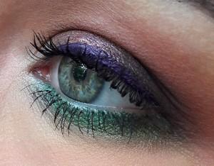 Текстурные локоны и цветной макияж