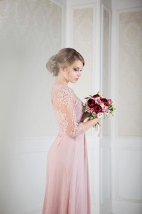 розовое платье для свадьбы. букет из пионов