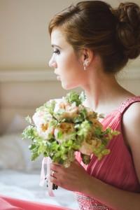 высокий пучок на рыжих волосах. букет из пионовидных роз