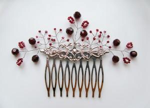 гребень с бордовыми бусинам. украшение в волосы