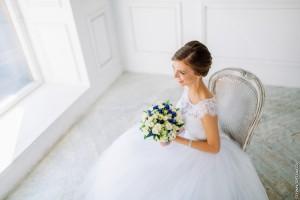низкий пучок из локонов. свадебный стилист в москве