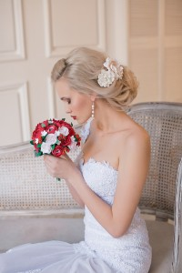 низкий свадебный пучок с цветами. свадебный стилист в москве