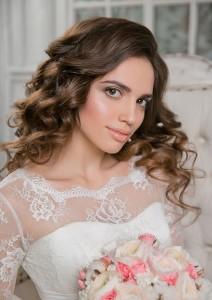 натуральный свадебный макияж. объемные локоны