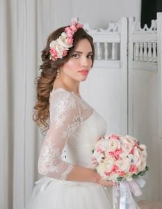 греческая коса с прядями. свадебный венок из цветов