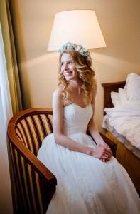 образ невесты с венком из цветов. сборы в отеле